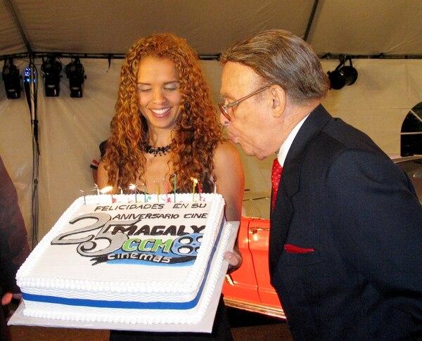 Antonio Hassán celebrando los 25 años del Cine Magaly.