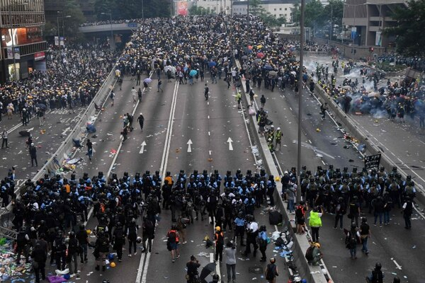 Manifestantes antigubernamentales frente a frente con agentes policiales, el miércoles 12 de junio del 2019 en Hong Kong.