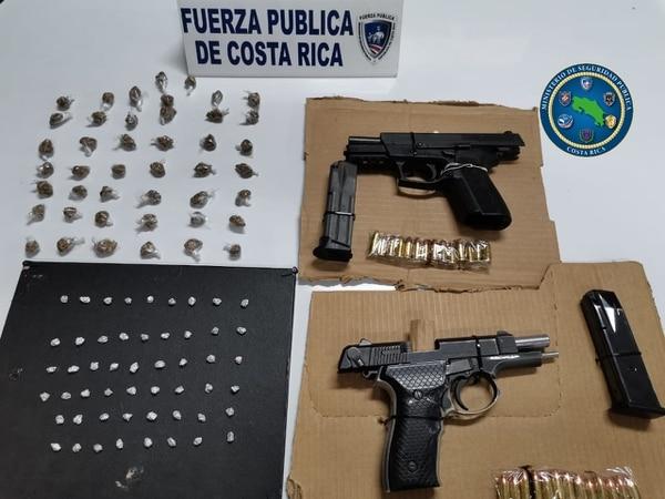Tres personas fueron detenidas en Moravia por la Fuerza Pública. Además, se decomisaron drogas y armas de fuego. Foto: MSP para LN