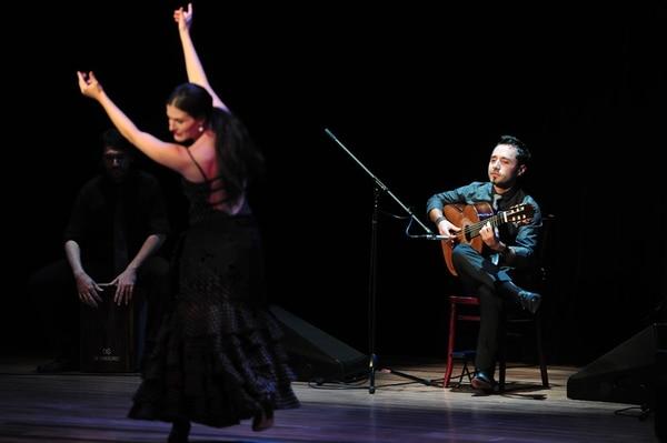 Cuatro. El percusionista Yamil Jaikel y la bailaora Milena Picado participaron en el concierto de Manuel Montero. También se unió el guitarrista Álvaro Madrigal. John Durán.