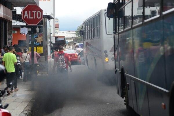 Una de las metas del Plan de Descarbonización es que, al 2035, el 70% de los buses y taxis sean cero emisiones, lo cual implicaría un menor uso de combustibles fósiles cuyos impuestos son los terceros en importancia para el Gobierno. Foto: Carlos González