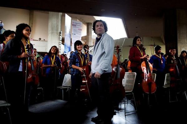 Esta imagen del 2012 muestra a Gustavo Dudamel con los jóvenes de El Sistema con los que ha trabajado por muchos años.