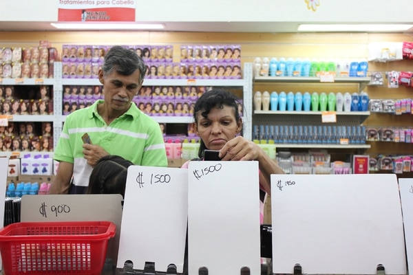 Atraídos por las ofertas, estas personas visitaron ayer la tienda Mundo Cosmético La Gloria, en el centro de San José, en busca de algún presente para regalar en el Día de la Madre.   NATALIA SOTO