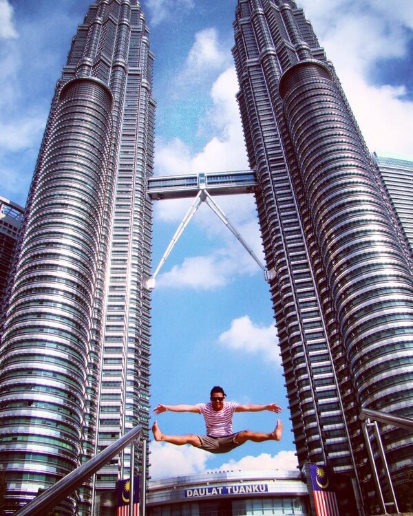 Carlos Calvo Rodríguez en las Torres Petronas, en Kuala Lumpur, capital de Malasia.