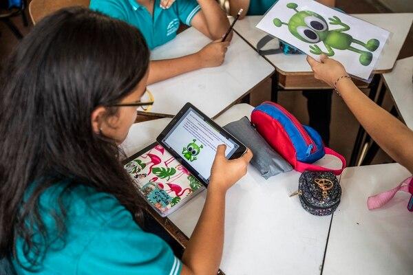 Tabletas fueron repartidas a los estudiantes por el programa Profuturo de la Fundación Omar Dengo. Fotografía: Alejandro Gamboa Madrigal