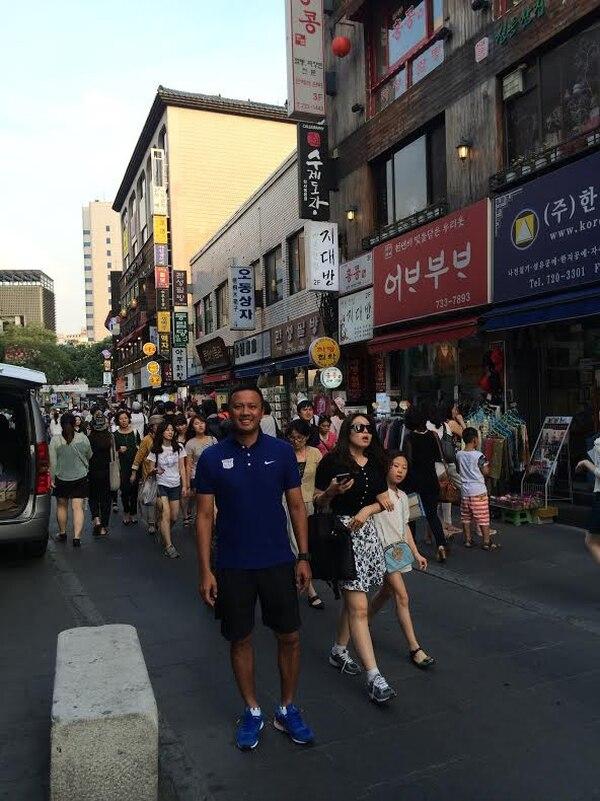 El exjugador Ricky Cheng por una de las calles de Hong Kong.