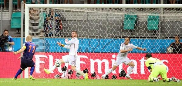 Gol del atacante holandés Arjen Robben después de dejar rezagada a la defensa española. Holanda aplastó 5 - 1 a España en el partido disputado en el Arena Fonte Nova de Salvador de Bahía, Brasil, por el grupo B de la Copa del Mundo Brasil 2014.