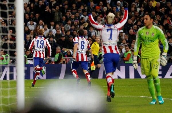 Fernando Torres vulneró la portería del costarricense Keylor Navas (der.) en los octavos de final de la Copa del Rey.