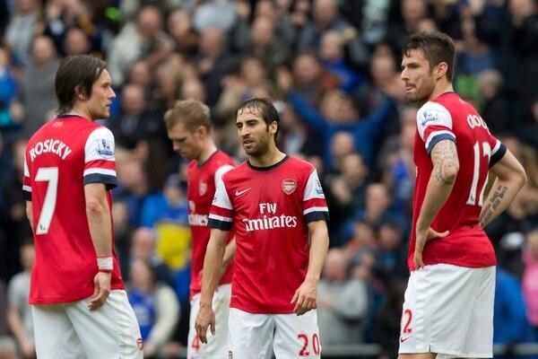 Jugadores del Arsenal lamentan la derrota ante el Everton.