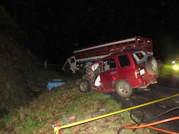 El accidente se produjo a las 8:30 p. m. del viernes, 200 metros al este del Centro Turístico La Tilapera en el Tanque de La Fortuna, San Carlos.