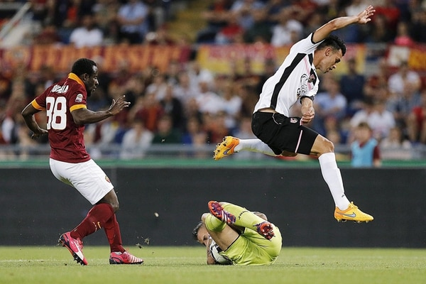 Giancarlo González salta sobre su portero Stefano Sorrentino, en una acción del juego de ayer ante la Roma.   EFE