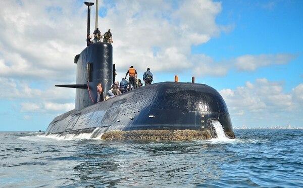 El submarino ARA San Juan fondeado en las cercanías del puerto de Buenos Aires.