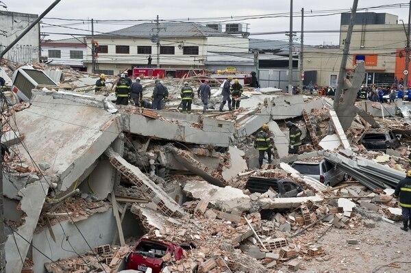 Equipos de rescate trabajan entre los escombros de un edificio en construcción que se derrumbó y causó la muerte a seis personas e hirió a 22 en Sao Paulo, Brasil.