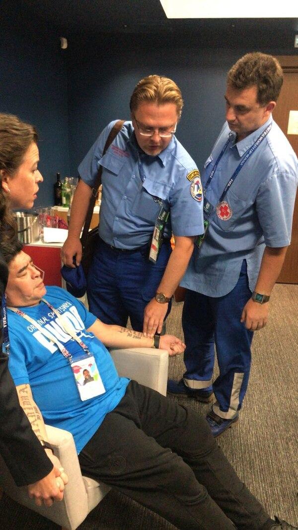 Al final del partido, el argentino Diego Maradona tuvo que ser atendido por el cuerpo médico del estadio de San Petersburgo.