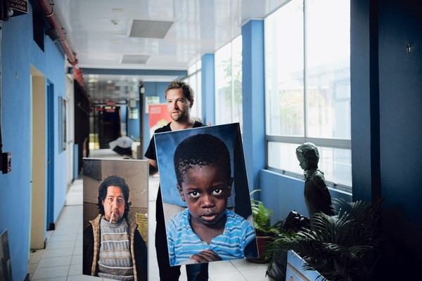 Wong en el montaje de la muestra 'Visiones & rostros', que reúne muestras de su trabajo.