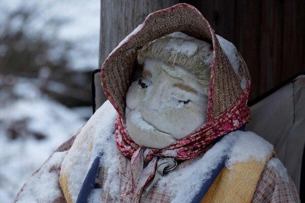 Muñeca de tamaño natural ubicada cerca de una parada de autobús en Nagoro. (Kazuhiro NOGI / AFP)