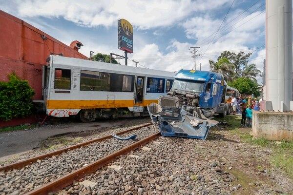 Un cabezal no se detuvo en el paso del tren ubicado en la cercanía de la Cervecería de Costa Rica en Heredia. El hecho ocurrió en junio del año anterior. Fotografía: José Cordero.