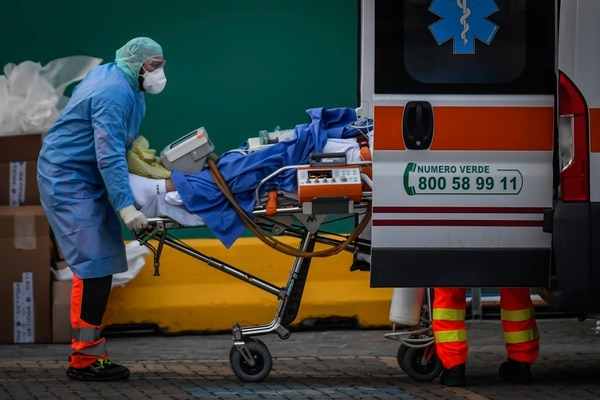 Los primeros pacientes de COVID-19 comienzan a ser trasladados a la nueva unidad de cuidados intensivos establecida en el hospital San Raffaele en Milán, Italia, el lunes 23 de marzo de 2020. Foto Claudio Furlan / LaPresse via AP