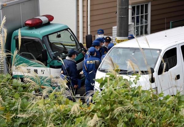Policías japoneses frente al apartamento en la ciudad de Zama, donde se hallaron nueve cuerpos desmembrados.