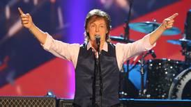 (Video) Paul McCartney emociona a sus fans tras cantar espontáneamente en una fiesta