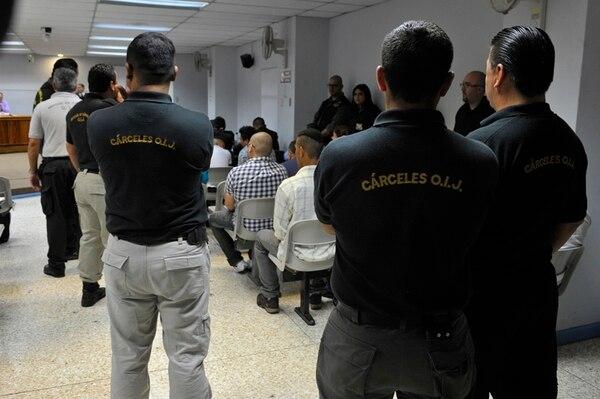 Un total de 14 oficiales de Cárceles del OIJ se encargaron de la custodia de los imputados, mientras permanecieron en la sala de juicio. El debate se inició a las 10:30 a. m. y fue suspendido, al mediodía, para continuar hoy, a las 8:30 de la mañana.   JORGE NAVARRO