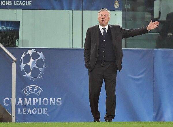 El director técnico del Real Madrid, Carlo Ancelotti, da instrucciones a sus jugadores durante un partido por la serie semifinal de la Liga de Campeones ante Juventus.