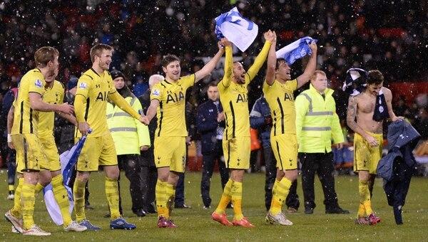 Los jugadores del Tottenham celebraron con su afición el pase a la final de la Copa de la Liga.