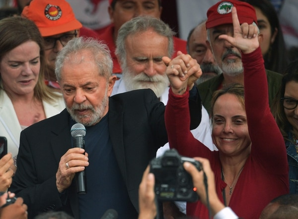 El expresidente brasileño Lula da Silva habla toma las manos de su hija Lurian Cordeiro cuando sale de la sede de la Policía Federal, donde cumplía una condena por corrupción y lavado de dinero, en Curitiba, Estado de Paraná, Brasil, el 8 de noviembre del 2019. Foto: AFP
