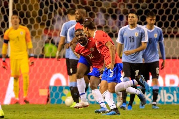 Celso Borges anotó de tiro libre. Su celebración la inició con Joel Campbell. Foto: Rafael Pacheco