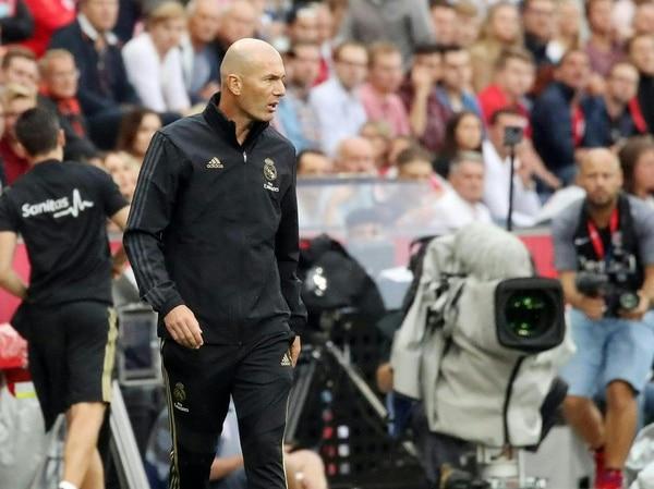 Zinedine Zidane da instrucciones en el juego amistoso que tuvo el Real Madrid contra el Salzburgo de Austria. Fotografía: AFP