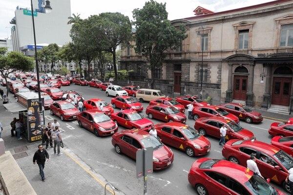 El 23 de julio anterior en San José, un grupo de taxistas tomaron Avenida Segunda en ruta a la Asamblea Legislativa para reclamar a los diputados por la salida de Uber del país. Foto: Jeffrey Zamora