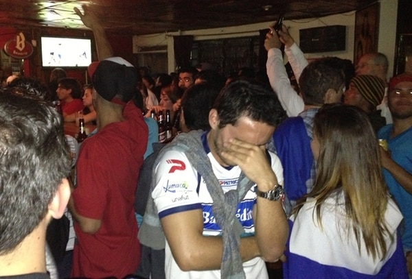 El tele del fondo ya cantaba el gol florense y este fanático prefirió quitar la cara. Era demasiado crudo.   VANESSA LOAIZA