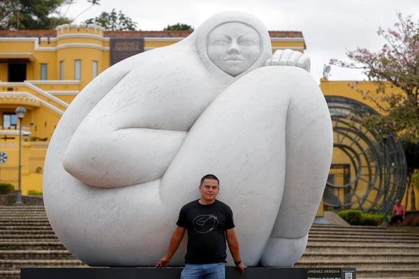 Randall Hernández asegura que su obra preferida es 'Génesis de Costa Rica' por lo imponente de su tamaño y calidad de detalle. Fotografía: Mayela López