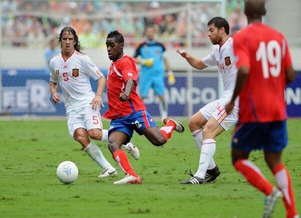 Costa Rica enfrentó a España en el Estadio Nacional en el 2011. En la acción, Carles Puyol presiona al delantero tico Joel Campbell.