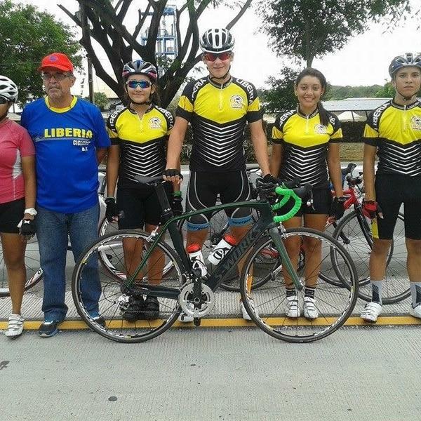El entrenador Guido Blanco (uniforme azul) junto a la ciclista Mónica Montero (derecha) y el resto de los integrantes del equipo de ciclismo del Comité Cantonal de Deportes de Liberia en 2013. Cortesía: Mónica Montero