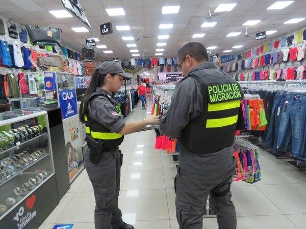 Personal de la Oficina de Migración y Extranjería verificó el estatus de trabajadores extranjeros. Foto cortesía Ministerio de Trabajo.
