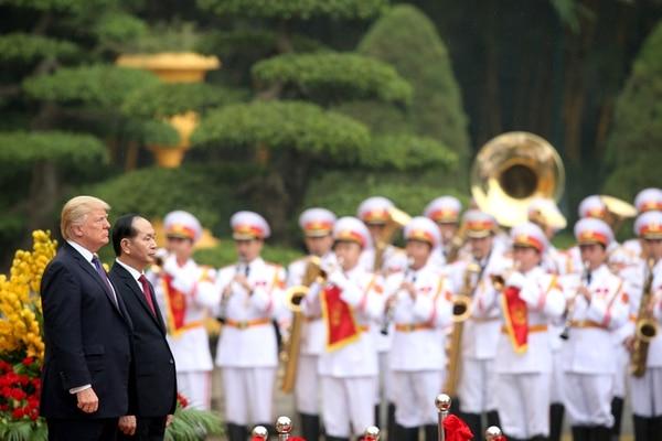 El presidente de los Estados Unidos, Donald Trump, acompañado por su homólogo vietnamita, Tran Dai Quang, observa himnos nacionales durante una ceremonia de bienvenida en el Palacio Presidencial de Hanoi. AFP