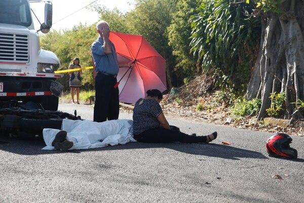 En una calle sin aceras, en Barreal, quedó el cuerpo del muchacho. Familiares en la escena estaban desgarrados.