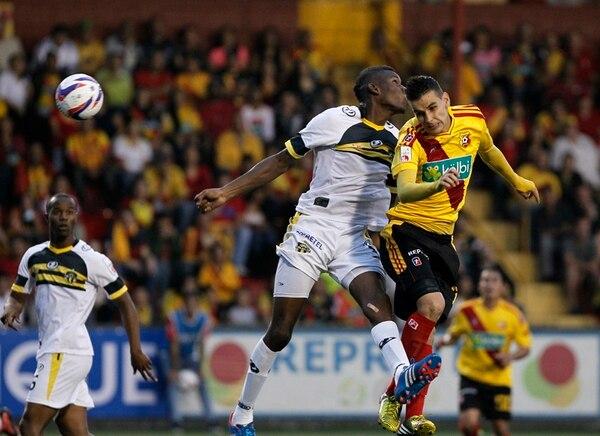 El defensor del Uruguay de Coronado Keiner Brown disputa el balón ante el atacante del Herediano Yendrick Ruiz; los observa el también zaguero Rudy Dawson. | JEFFREY ARGUEDAS