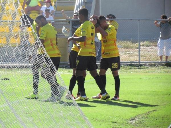 Los integrantes de Liberia se funden en un abrazo tras el gol del colombiano José Luis Balanta, que les dio el triunfo. | REBECA ÁLVAREZ