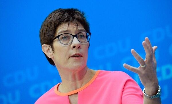 Annegret Kramp-Karrenbauer, gobernadora del estado federal suroccidental de Saarland y política de la conservadora Unión Demócrata Cristiana (CDU), hace un gesto mientras da una conferencia de prensa en la sede del CDU en Berlín el 19 de febrero, poco antes de ser electa como secretaria general del partido. AFP
