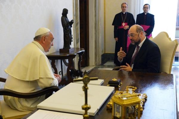 El papa Francisco conversa con el presidente del Parlamento Europeo , Martin Schultz, durante una audiencia privada en el Vaticano.