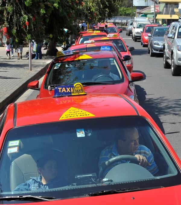 Plan de ley busca dar 105 permisos de taxi. | JORGE NAVARRO/ARCHIVO