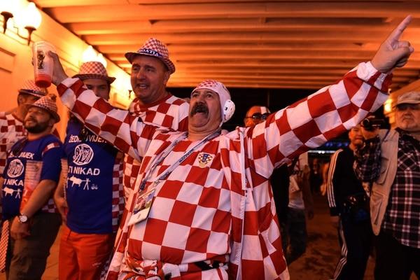 Este aficionado de Croacia quiere abrazar a la distancia a todos los jugadores de su selección, luego del triunfo ante Inglaterra, que les dio el pase a la final. Fotografía: AFP