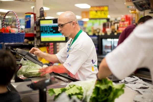 En comercio es donde trabajan la mayor cantidad de personas. Cortesía: Walmart.
