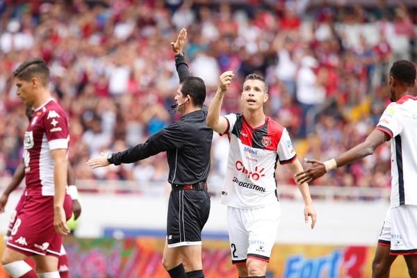 Henry Bejarano señala una acción, ante el reclamo de Pablo Gabas. Fotografía: Albert Marín.