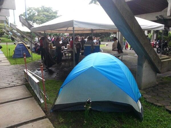 Los trabajadores se alistan con tiendas de campaña para mantener el paro por tiempo indefinido.