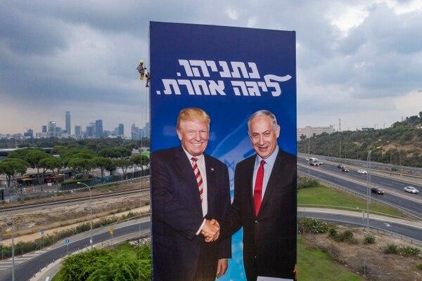 Propaganda electoral en Tel Aviv muestra al primer ministro israelí, Benjamín Netanyahu (derecha) junto al presidente de Estados Unidos, Donald Trump.