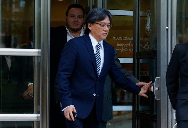 Eduardo Li luego de una de sus audiencias por el FIFAGate. / AFP PHOTO / KENA BETANCUR