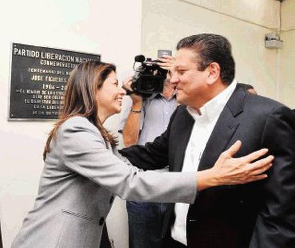 Laura Chinchilla y Johnny Araya se saludaron en el Balcón Verde, en Sabana Oeste, San José, tras quedar acreditados como precandidatos. | ARCHIVO